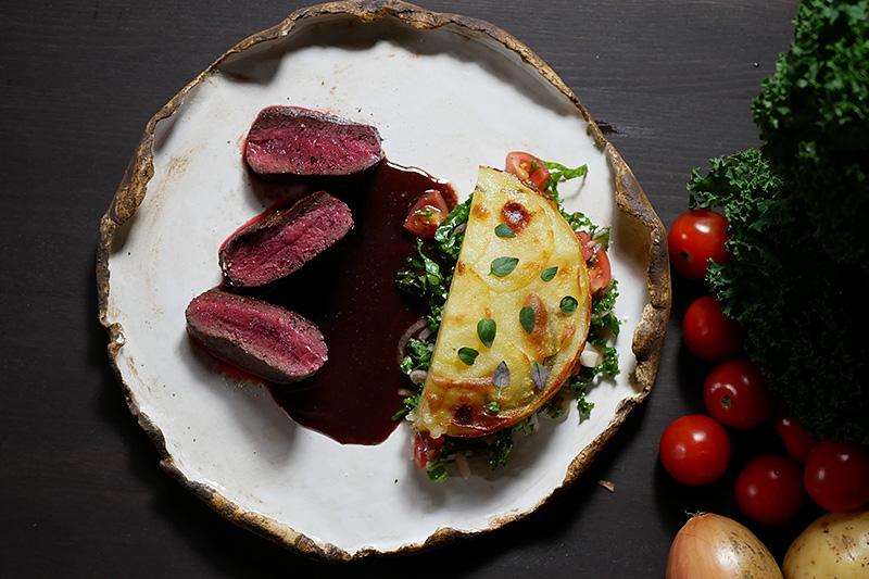 Renytterfilé med potatisgratäng och rödvinssås med enbär